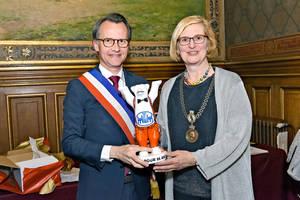 Bezirksbürgermeisterin Angelika Schöttler übergibt Bürgermeister Hervé Gicquel zum 35. Partnerschafts-Jubiläum einen eigens hierfür gestalteten Buddy Bären. Foto: Custodio
