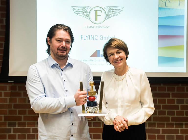 Preisträger Gregor Fitio, Firmeninhaber der Flyinc GmbH, mit Festrednerin Elke Büdenbender. Foto: ALBBW/U. Steinert