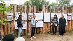 Studierende bei der Präsentation ihrer Ideen.