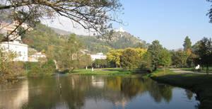Blick auf den Stadtpark, im Hintergrund die mittelalterliche Burg RoccaJanula. Foto: Gisela Pflug