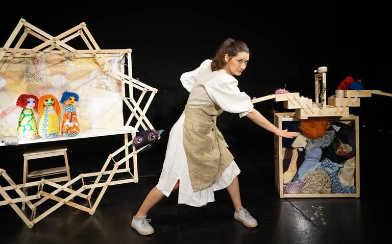 """Kathrin Brunner in ihrem neuen Stück  """"Auf der Suche nach der Dunkelheit"""".  Foto: Tobias Sorge"""