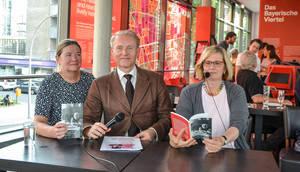 Das Café Haberland war bis auf den letzten Platz besetzt, als Brigitte Schmiemann, Frank Sandmann und Angelika Schöttler (von links nach rechts) vorlasen. Foto: Wirtschaftsförderung