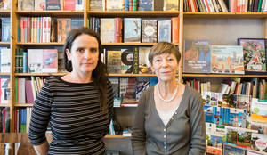 Frau Vinke-Futh (links) und Inhaberin Christiane Fritsch-Weith sind die guten Seelen des Buchladens.