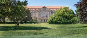 Heinrich-von-Kleist-Park vor dem Kammergericht.