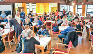 Bereits eine halbe Stunde vor Bürger-Café-Beginn kaum noch ein freier Platz