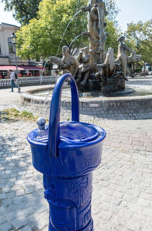 """Frisches Wasser aus dem """"Kaiserbrunnen"""" am Sderotplatz."""