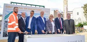 Reinhard Müller EUEF Campus und Bezirksbürgermeisterin Angelika Schöttler mit den Bauherren. Foto: Martina Marijnissen