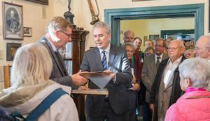 """Bezirksstadtrat Frank Mückisch überreicht das Original der """"Krummen Lanke"""" an Matthias Aettner, Vorsitzender des Heimatvereins Zehlendorf."""