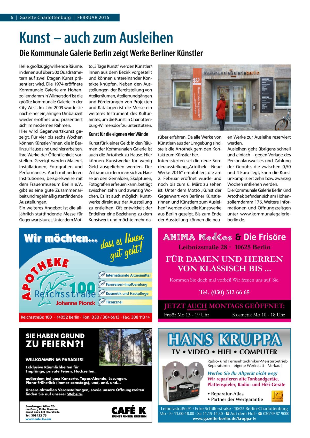 """6 Gazette Charlottenburg Februar 2016  Kunst – auch zum Ausleihen Die Kommunale Galerie Berlin zeigt Werke Berliner Künstler Helle, großzügig wirkende Räume, in denen auf über 500 Quadratmetern auf zwei Etagen Kunst präsentiert wird. Die 1974 eröffnete Kommunale Galerie am Hohenzollerndamm in Wilmersdorf ist die größte kommunale Galerie in der City West. Im Jahr 2009 wurde sie nach einer einjährigen Umbauzeit wieder eröffnet und präsentiert sich im modernen Rahmen. Hier wird Gegenwartskunst gezeigt. Für vier bis sechs Wochen können Künstler/innen, die in Berlin zu Hause sind und hier arbeiten, ihre Werke der Öffentlichkeit vorstellen. Gezeigt werden Malerei, Installationen, Fotografien und Performances. Auch mit anderen Institutionen, beispielsweise mit dem Frauenmuseum Berlin e.V., gibt es eine gute Zusammenarbeit und regelmäßig stattfindende Ausstellungen. Ein weiteres Angebot ist die alljährlich stattfindende Messe für Gegenwartskunst. Unter dem Mot to""""3 Tage Kunst"""" werden Künstler/ innen aus dem Bezirk vorgestellt und können untereinander Kontakte knüpfen. Neben den Ausstellungen, der Bereitstellung von Atelierräumen, Atelierrundgängen und Förderungen von Projekten und Katalogen ist die Messe ein weiteres Instrument des Kulturamtes, um die Kunst in Charlottenburg-Wilmersdorf zu unterstützen.  Kunst für die eigenen vier Wände Kunst für kleines Geld: In den Räumen der Kommunalen Galerie ist auch die Artothek zu Hause. Hier können Kunstwerke für wenig Geld ausgeliehen werden. Der Zeitraum, in dem man sich zu Hause an den Gemälden, Skulpturen, Fotografien erfreuen kann, beträgt zwischen zehn und zwanzig Wochen. Es ist auch möglich, Kunstwerke direkt aus der Ausstellung zu entleihen. Oft entwickelt der Entleiher eine Beziehung zu dem Kunstwerk und möchte mehr da rüber erfahren. Da alle Werke von Künstlern aus der Umgebung sind, stellt die Artothek gern den Kontakt zum Künstler her. Interessierten sei die neue Sonderausstellung """"Artothek – Neue Werke 2016"""" empfohlen, """