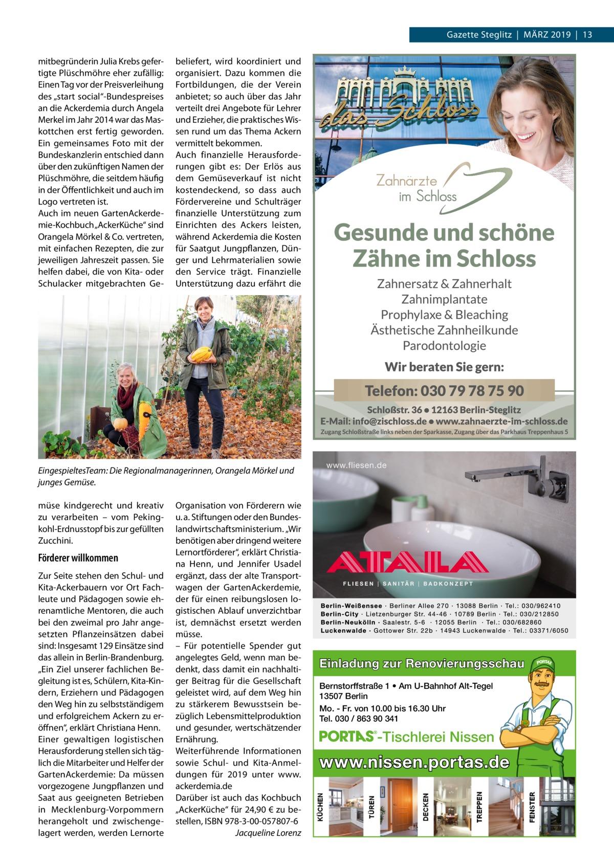 """Gazette Steglitz März 2019 13 mitbegründerin Julia Krebs gefertigte Plüschmöhre eher zufällig: Einen Tag vor der Preisverleihung des """"start social""""-Bundespreises an die Ackerdemia durch Angela Merkel im Jahr 2014 war das Maskottchen erst fertig geworden. Ein gemeinsames Foto mit der Bundeskanzlerin entschied dann über den zukünftigen Namen der Plüschmöhre, die seitdem häufig in der Öffentlichkeit und auch im Logo vertreten ist. Auch im neuen GartenAckerdemie-Kochbuch """"AckerKüche"""" sind Orangela Mörkel & Co. vertreten, mit einfachen Rezepten, die zur jeweiligen Jahreszeit passen. Sie helfen dabei, die von Kita- oder Schulacker mitgebrachten Ge beliefert, wird koordiniert und organisiert. Dazu kommen die Fortbildungen, die der Verein anbietet; so auch über das Jahr verteilt drei Angebote für Lehrer und Erzieher, die praktisches Wissen rund um das Thema Ackern vermittelt bekommen. Auch finanzielle Herausforderungen gibt es: Der Erlös aus dem Gemüseverkauf ist nicht kostendeckend, so dass auch Fördervereine und Schulträger finanzielle Unterstützung zum Einrichten des Ackers leisten, während Ackerdemia die Kosten für Saatgut Jungpflanzen, Dünger und Lehrmaterialien sowie den Service trägt. Finanzielle Unterstützung dazu erfährt die  EingespieltesTeam: Die Regionalmanagerinnen, Orangela Mörkel und junges Gemüse. müse kindgerecht und kreativ zu verarbeiten – vom Pekingkohl-Erdnusstopf bis zur gefüllten Zucchini.  Förderer willkommen Zur Seite stehen den Schul- und Kita-Ackerbauern vor Ort Fachleute und Pädagogen sowie ehrenamtliche Mentoren, die auch bei den zweimal pro Jahr angesetzten Pflanzeinsätzen dabei sind: Insgesamt 129 Einsätze sind das allein in Berlin-Brandenburg. """"Ein Ziel unserer fachlichen Begleitung ist es, Schülern, Kita-Kindern, Erziehern und Pädagogen den Weg hin zu selbstständigem und erfolgreichem Ackern zu eröffnen"""", erklärt Christiana Henn. Einer gewaltigen logistischen Herausforderung stellen sich täglich die Mitarbeiter und Helfer der GartenAckerdemi"""